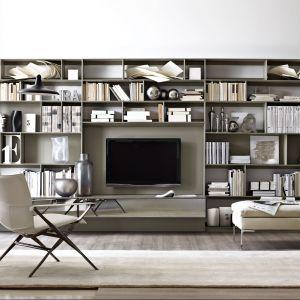 Półki na książki i miejsce na telewizor. Czy to przypadkiem nie jest idealna synergia? Fot. B&B Italia