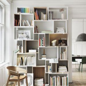 Modułowe półki tworzące pełny regał na książki i bibeloty to nowoczesne rozwiązanie. Fot. Muuto