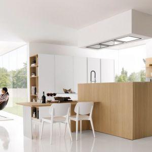 Pomysłowym rozwiązaniem jest zastosowanie identycznych materiałów do aranżacji kuchni i salonu. Dzięki temu oba pomieszczenia są spójne. Fot. Valcucine