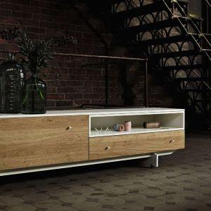 Komoda z kolekcji Elements marki Kler to modne połączenie drewna z bielą. Fot. Kler