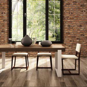 Gruby, drewniany blat i metalowe białe nogi to niewątpliwie nowoczesne połączenie. Fot. Miloni