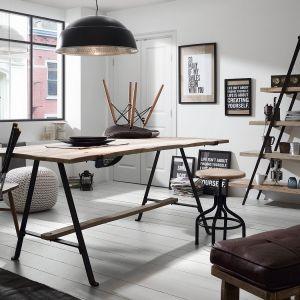 Stół o industrialnej stylistyce. Producent: La Forma. Fot. Le Pukka