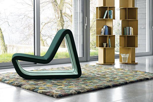 Półki, na których ustawiamy książki lub dekoracyjne drobiazgi, mogą zdobić wnętrze i nadawać mu określony charakter. Szczególnie, jeśli mają nietypowe formy, które na ścianach tworzą oryginalne kompozycje.