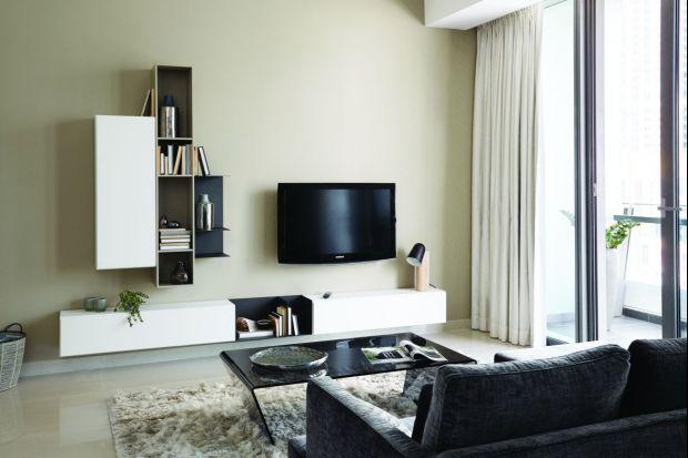 W salonie białe meble prezentują się elegancko i modnie - zarówno w wersji total look, jak i w zestawieniu z innymi kolorami. Czy rzeczywiście do bieli pasują wszystkie kolory? Jakie połączenia wyglądają najlepiej? Zobacz nasze inspiracje!