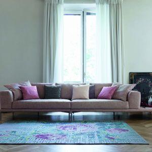 Nowoczesna sofa w bladoróżowym, pudrowym odcieniu. Fot. Bonaldo