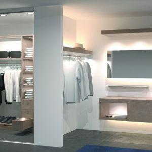 Wyposażenie garderoby obejmuje półki, szuflady, relingi, pantografy i różne wieszaki. Niebagatelną rolę gra tu też oświetlenie. Na zdjęciu propozycja marki Hafele. Fot. Hafele