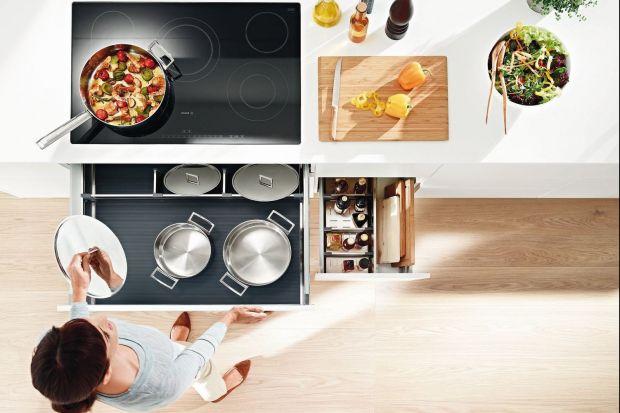 Funkcjonalna kuchnia, to przede wszystkim możliwość gotowania bez zbędnego bałaganu i chaosu. Aby tak było, warto wyposażyć meble w odpowiednie akcesoria.