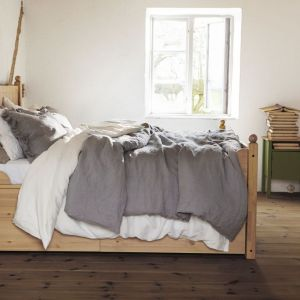 Łóżko z naturalnej serii Hurdal, marki IKEA Cena: od 1179 zł. Fot. IKEA