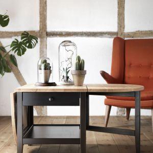 """Stół z serii """"Arkelstorp"""" (IKEA) ma rozkładany blat z obu stron. Fot. IKEA"""