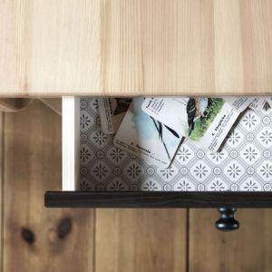 Kolorowe wnętrze szuflady to tylko drobna dekoracja, jednak potrafi uczynić mebel wyjątkowym. Szuflada w meblu z nowej serii Arkelstorp, marki IKEA. Fot. IKEA