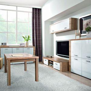 Meble z kolekcji Raflo mają ładny, naturalny kolor drewna i nowocześnie pokarbowane brzegi. Stworzą w salonie jasną, ale ciepłą aranżację. Cena zestawu: od 2.000 zł (bez stolika). Black Red White