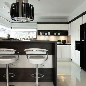 Czarno-biała kuchnia to doskonały sposób na stworzenie eleganckiej aranżacji wnętrza. Fot. Pracownia Mebli Vigo/ Max Kuchnie