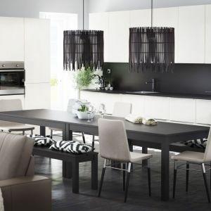 Czarno-biała kuchnia marki IKEA. Fronty meblowe najlepiej wybierać w wykończeniu połysk, bowiem bez względu na kolor, będą one doskonale odbijać światło słoneczne jak i sztuczne. Fot. IKEA