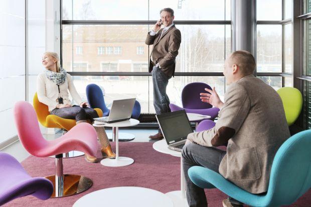 W każdym biurze powinno być miejsce na to, aby pracownik mógł usiąść wygodnie i porozmawiać przez telefon bądź zwyczajnie odpocząć z dala od własnego biurka. W tym celu świetnie sprawdzają się wszelkiego rodzaju siedziska.