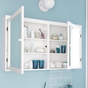 """Szafka z lustrem """"Silveran"""" to mebel, który dobrze sprawdzi się przy dużej rodzinie. Duża ilość półek pozwoli na przechowywanie wielu przedmiotów. Fot. IKEA"""