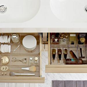 Szuflady z dużą ilością przegródek pozwalają na schowanie wielu rzeczy i jednocześnie na łatwe utrzymanie porządku. Fot. IKEA
