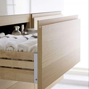 Ręczniki w łazience będą ładnie wyglądały jeśli zwiniemy je w małe rulony i umieścimy w szufladzie. Dzięki temu będzie do nich łatwy dostęp i zawsze będziemy mieli pewność, że ręcznik jest świeży. Fot. IKEA