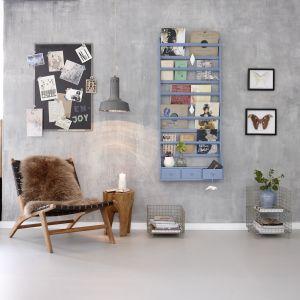 Przechowywanie książek i kolorowych magazynów w takich półkach jest nie tylko praktyczne, ale i bardzo modne. Półki marki Hubsch można także zamontować w pokoju dziecka i ustawić na nich ulubione książeczki z bajkami. Fot. Square Space