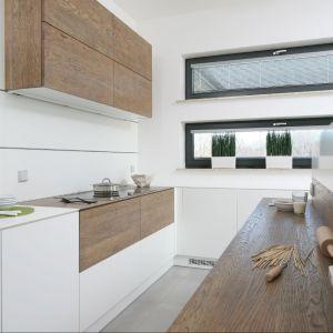 Drewno i biel to najmodniejsze połączenie ostatniego sezonu. W kuchni takie połączenie jest nie tylko efektowne, ale również bardzo praktyczne. Projekt: Konrad Grodziński. Fot. Bartosz Jarosz