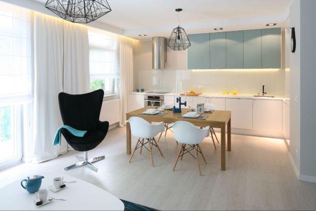Jedną z metod na osiągnięcia oszałamiającego efektu w kuchni jest użycie koloru. Meble w odcieniu fuksji, błękitu czy czerwieni sprawią, że wnętrze stanie się bardzo efektowne.