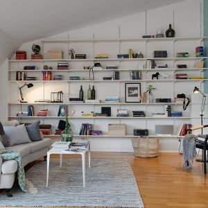 Półki na ścianie potrafią stworzyć niepowtarzalną aranżację. Umieszczone na metalowych wspornikach będą stanowiły nowoczesną ozdobę. Fot. Alvhem Makleri
