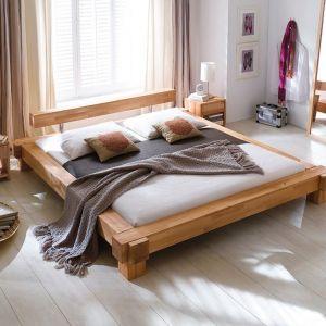 Grube belki drewna założone na siebie wzajemnie tworzą masywną, ale jednak piękną w formie konstrukcję. Boki ramy mogą zaś służyć jako półeczka. Fot. ARM Po Prostu Łóżka