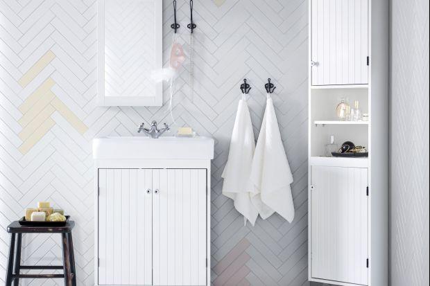 Mała łazienka to koszmar mieszkań w blokach. Zazwyczaj nie da się w niej ustawić dużej ilości mebli, a o zamontowaniu wanny można w ogóle zapomnieć. Dlatego warto wiedzieć jakie meble wybierać, aby funkcjonalnie zagospodarować niewielką prze