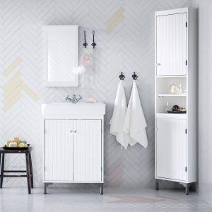 Białe meble doskonale sprawdzą się w małej łazience. Biel optycznie powiększa pomieszczenia. Wysokie szafki typu słupek zapewnią z kolei wiele miejsca do przechowywania. Fot. IKEA