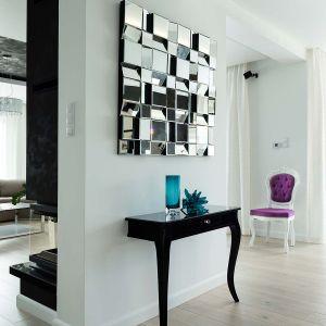 Konsola na dwóch nogach przytwierdzona do ściany stanowi idealny mebel do przedpokoju. W połączeniu z dużym lustrem jest także wyjątkową dekoracją. Fot. Pracownia Mebli Vigo