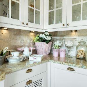 Ważną sprawą w rustykalnej kuchni są witryny. Sielska kuchnia przechowuje wiele szkła i wszelkich ceramicznych bibelotów, dlatego istotne jest, aby je odpowiednio wyeksponować. Fot. Pracownia Mebli Vigo/Max Kuchnie