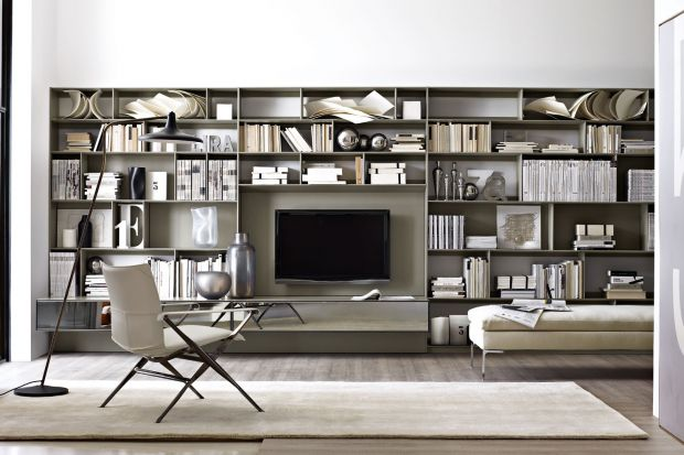 Duża kolekcja książek w mieszkaniu wymaga odpowiedniego ich przechowywania, co nie zawsze jest łatwe, nawet w dużych mieszkaniach. Bibliofile mają dwa wyjścia - mogą wyeksponować swoje zbiory albo... spróbować je ukryć np. za szkłem lub przes