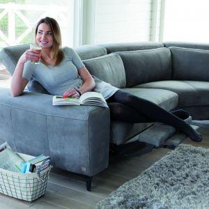 Sofa Hammilton marki Bizzarto ma regulowane zarówno oparcie, jak i podnóżek. Dzięki temu siedzenie na takim meblu staje się prawdziwą przyjemnością. Fot. Bizzarto