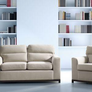Dwuosobowa sofa Cetros oprócz klasycznej formy posiada także funkcję spania. Rozkłada się poprzez wysunięcie dolnego siedziska do przodu. To doskonała propozycja do niewielkich salonów. Dodatkowo do kompletu można dokupić fotel. Fot. Libro