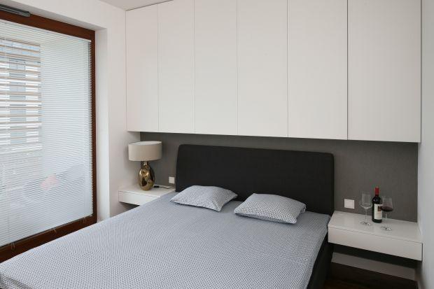 Nawet mała sypialnia będzie wygodna i funkcjonalna jeśli dobrze ją urządzisz. Jak sprawić, aby stała się ulubionym miejscem relaksu i wypoczynku? Poznaj najlepsze porady architektów wnętrz.
