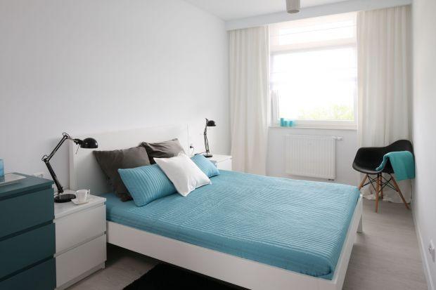 Nawet w małej sypialni możemy czuć się wygodnie i komfortowo, jeśli dobrze ją urządzimy. Wystarczy poznać kilka sprytnych pomysłów oraz postawić na odpowiednie meble.