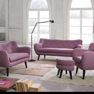 Sofa George to propozycja do salonu w stylu vintage. Dzięki obłym kształtom, modnym pikowaniom i drewnianym nóżkom kolekcja ta jest stylowa, kobieca i wydaje się być niezwykle lekka. Kształt siedziska zachęca do siadania. Cena: około 1.600 zł. Fot. Bydgoskie Meble