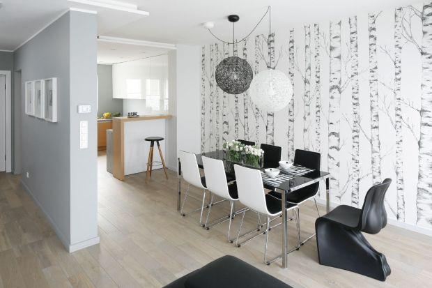 Jadalnia w mieszkaniach Polaków zyskuje na znaczeniu. Jest miejscem rodzinnych spotkań czy ważnych uroczystości. Warto więc by była ładnie i modnie urządzona.