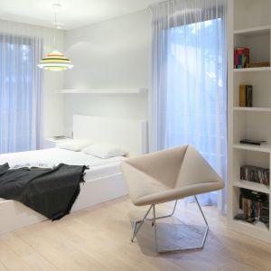 W minimalistycznej sypialni najlepiej sprawdzą się meble o prostych, geometrycznych kształtach. Projekt: Katarzyna Kiełek, Agnieszka Komorowska-Różycka. Fot. Bartosz Jarosz