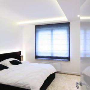 Światło odgrywa bardzo ważną rolę, sprawia, że sypialnia wydaje się większa i bardziej przestrzenna. Projekt. Agnieszka Hajdas-Obajtek. Fot. Bartosz Jarosz