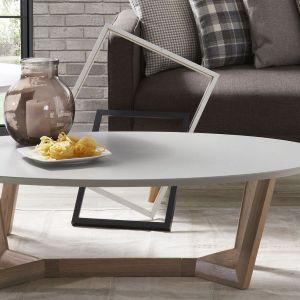 Stolik Rondo wykonany jest z drewnianych nóg, które dostępne są w trzech kolorach (dębu, orzecha, jasne drewno) i lakierowanego na matowo na biało lub szaro blatu. Fot. Le Pukka