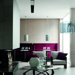 """Stolik """"Iinfinity"""". Noga stolika to zakręcone elementy drewna, które plączą się między sobą jak bluszcz po ścianie budynku. Całość została opatrzona blatem z cienkiego szkła, co dodaje mu jeszcze większej zgrabności i elegancji. Fot. Porada"""