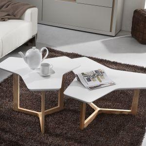 Stolik Surf to nowoczesny, ale też bardzo futurystyczny model. Na drewnianych nogach, o geometrycznym ustawieniu umieszczono cienki, biały blat. Jego biel doskonale komponuje się z naturalną barwą drewnianej podstawy. Nietypowy kształt blatu zwraca na siebie uwagę i będzie stanowił centralny mebel w salonie. Fot. Le Pukka