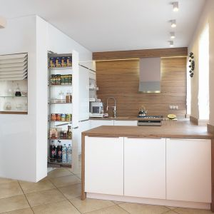 Dzięki nowoczesnym systemom do kuchni możemy stworzyć szafki i szuflady w ścianie, nie zabierając przestrzeni z powierzchni kuchni. Fot. Peka