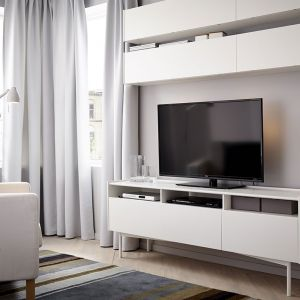 Prostota jest często największym atutem. Białe meble Ramsatra świetnie sprawdzą się małych pomieszczeniach. Fot IKEA