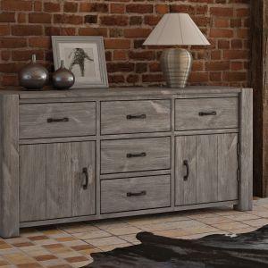 Drewniana komoda w rustykalnym stylu. Na frontach zamocowano ciężkie, mosiężne uchwyty, które doskonale wpisują się w klimat mebla. Fot. Meble Seart