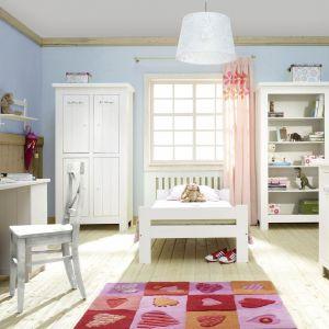"""Modne dziś meble w pokoju dziecka mają kolor biały. Na zdjęciu kolekcja """"Barcelona"""". Fot. Pinio"""