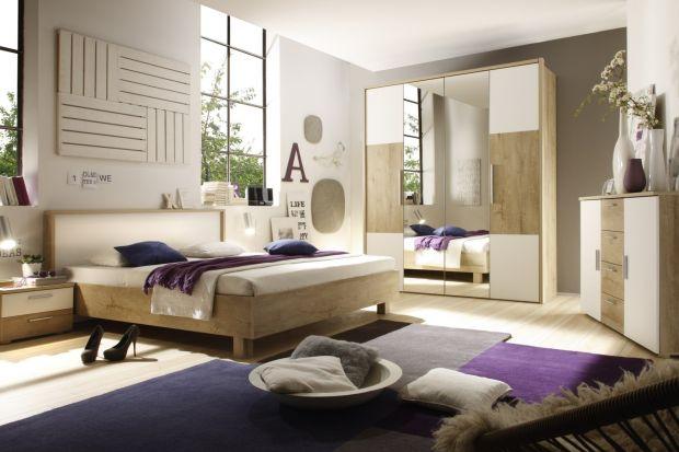 Duet bieli z drewnem jest modny także w sypialni. Jesienią tym bardziej doceniamy jasne, przytulne wnętrza - a taka jest właśnie sypialnia łącząca w sobie urok drewna i piękno bieli.