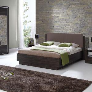 Tapicerowane wezgłowie łóżka Almond dostępne jest w wielu tkaninach do wyboru. Korpus w dwóch kolorach płyty: venge arusha i dąb sonoma. Fot. Wajnert Meble