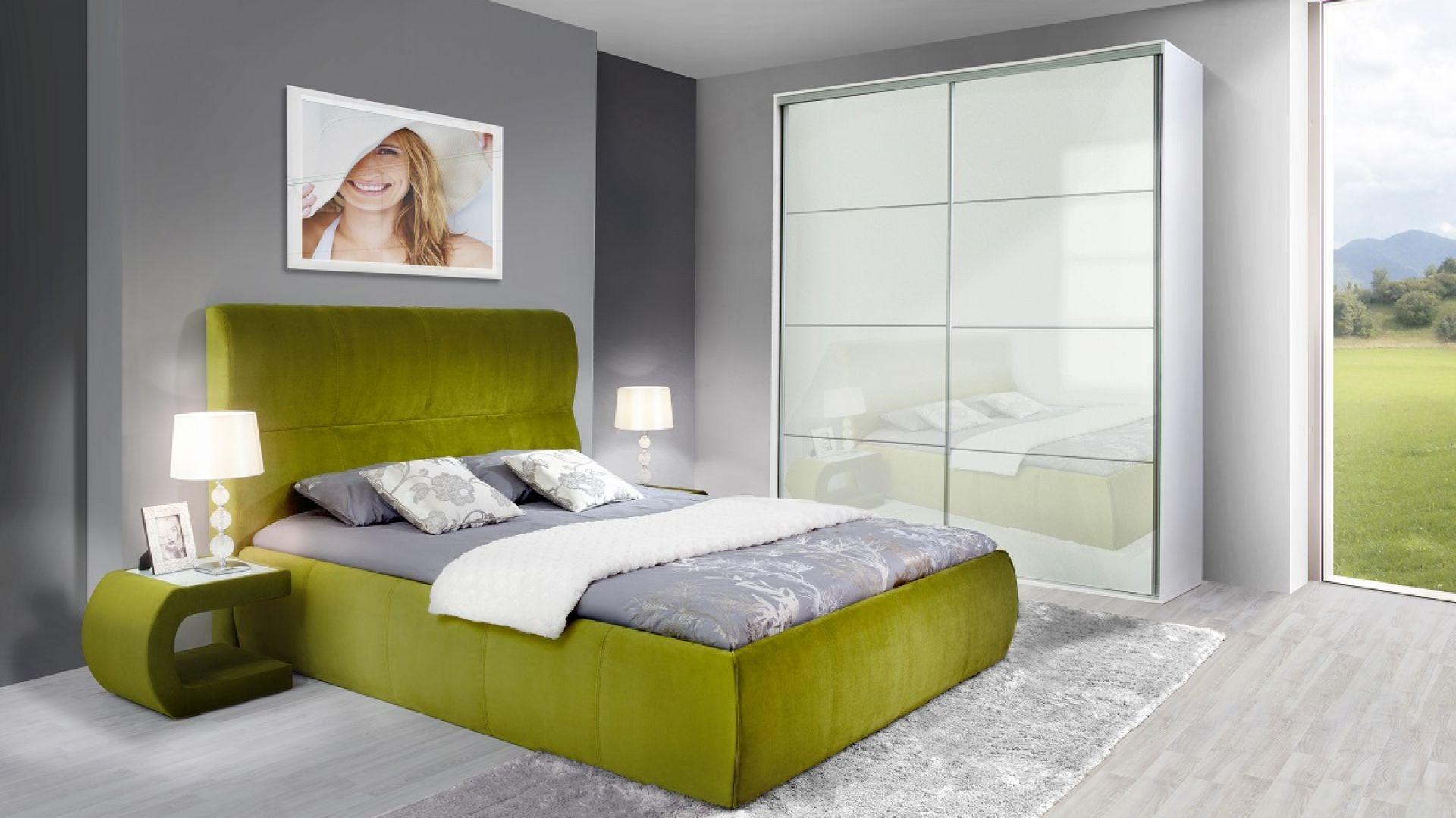Ciekawie wyprofilowane wezgłowie i obła linia skrzyni to znaki rozpoznawcze łóżka tapicerowanego