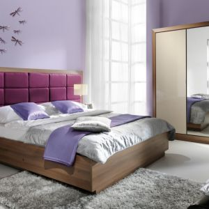 Efektowne wezgłowie łóżka Juliet może obejmować zintegrowane z ramą stoliki nocne, wykonane z płyty w kolorze akacja. Fot. Wajnert Meble